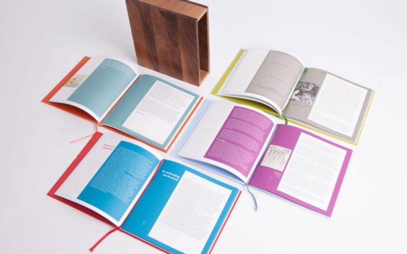 Vier Kunstboeken in doos Universiteit Twente